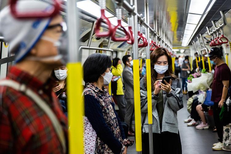 Pasajeros con mascarilla en el metro de Hong Kong. - EFE