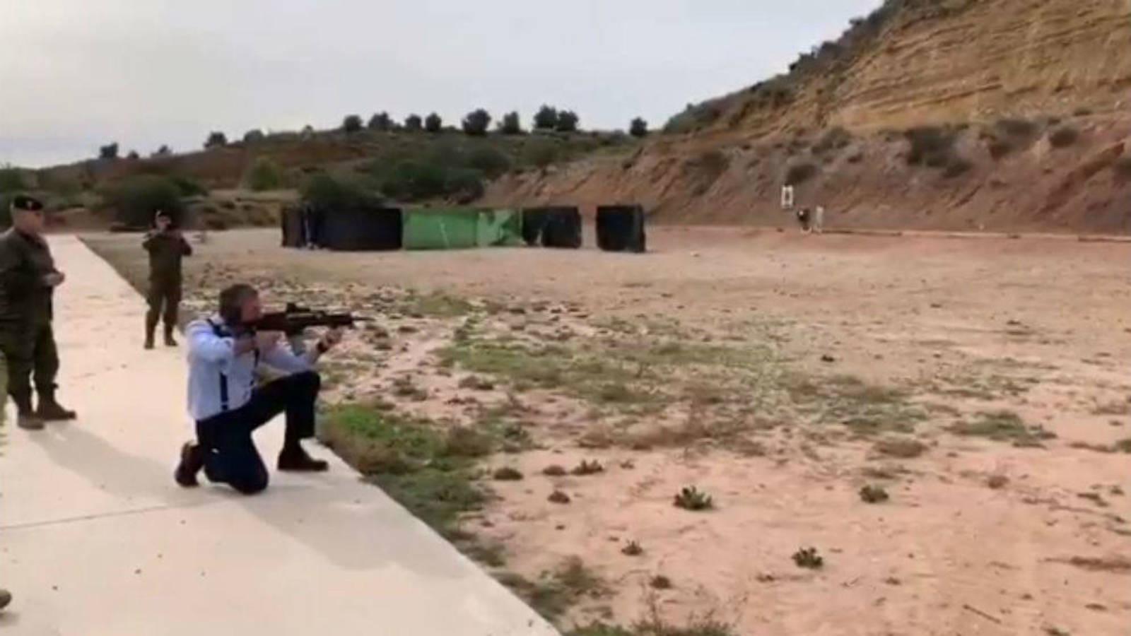 El secretario general de Vox, Javier Ortega Smith, disparando en una base militar en Murcia.
