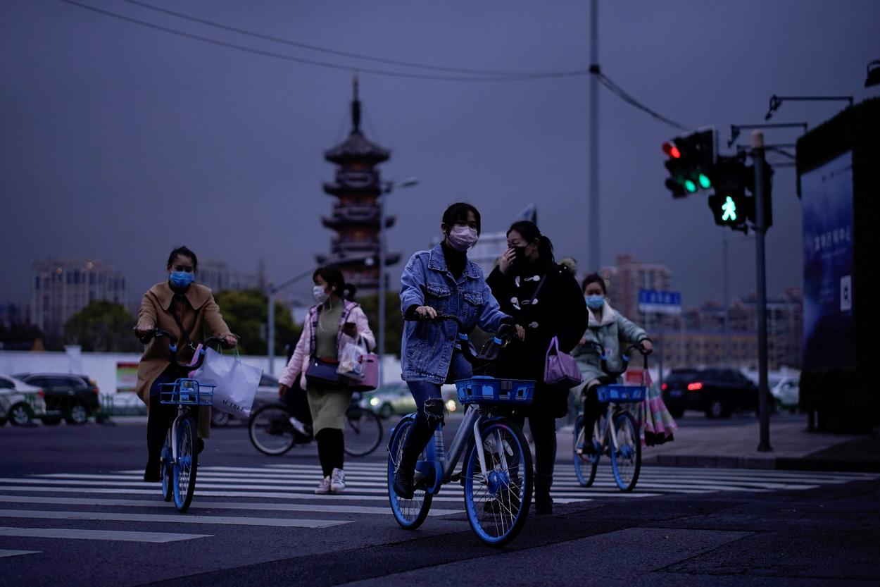 Varios viandantes en Shanghai (China), protegidos con máscaras. REUTERS/Aly Song