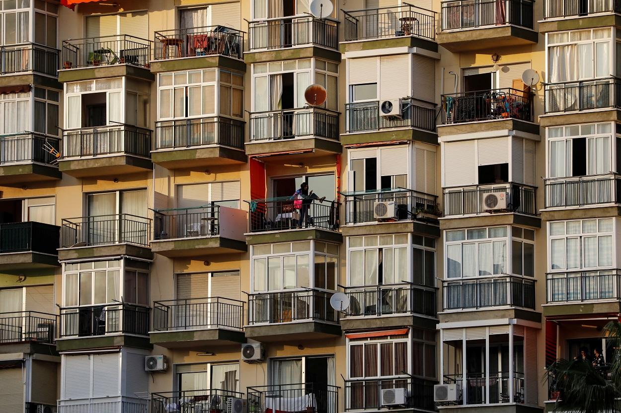 Una mujer hace ejercicio en el balcón de su apartamento de Torremolinos (Málaga), durante el confinamiento por el coronavirus. REUTERS/Jon Nazca