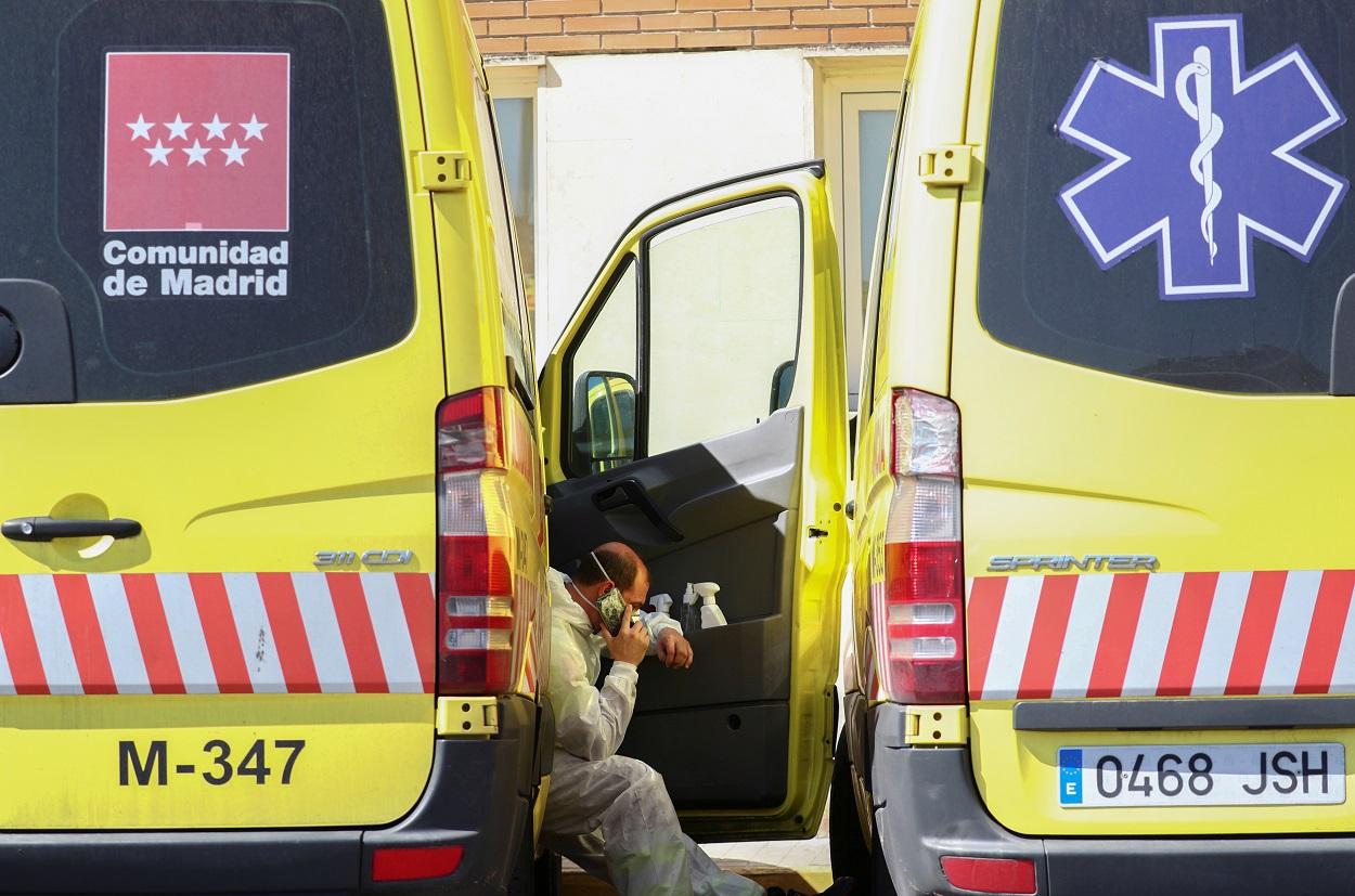 Un conductor de ambulancia habla por su móvil en un descando, en Emergencias del Hospital 12 de Octubre de Madrid. REUTERS/Sergio Perez