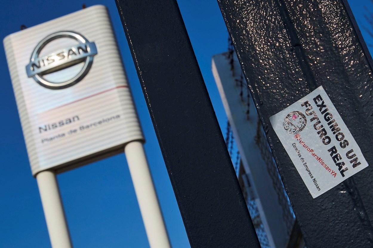 Un cartel del comité de empresa de Nissan junto a la entrada de la compañía, que ha anunciado un ERTE por el coronavirus. EFE/Alejandro Garcia
