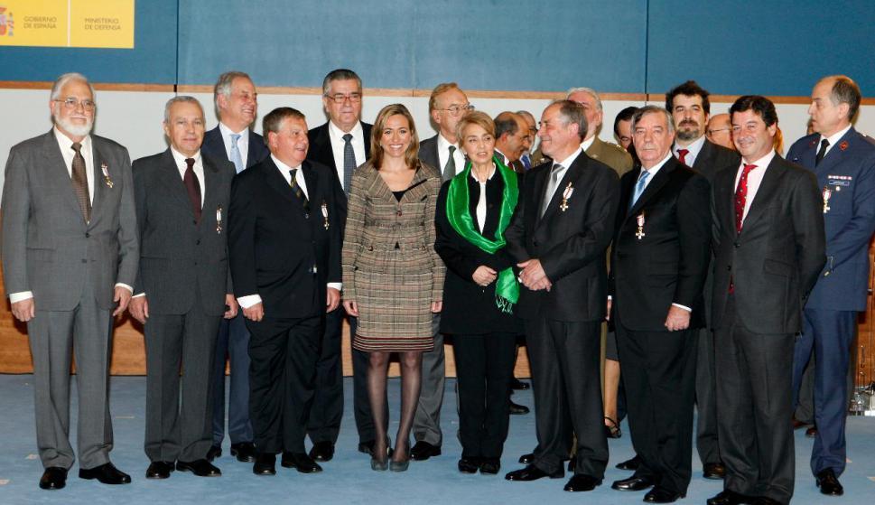 Restituto Valero, detrás de la entonces ministra de Defensa, Carme Chacón, junto con el resto de miembros de la Unidad Militar Democrática, condecorados por el Gobierno en febrero de 2010.