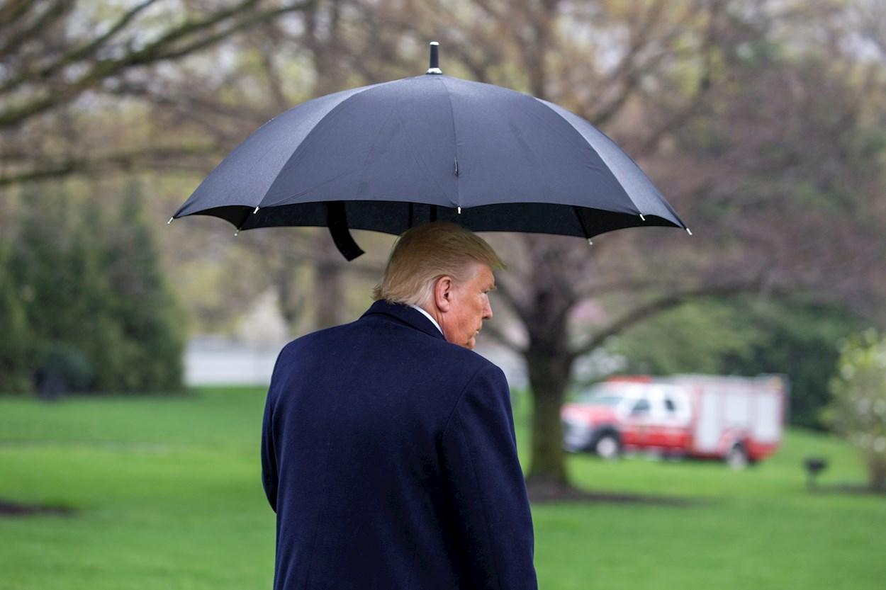 El presidente de EEUU, en los jardines de la Casa Blanca, antes de montar en el helicóptero Marine One, para dirigirse a la Estación Naval de Norfolk para enviar el USNS COMFORT para su despliegue en la ciudad de Nueva York para responder a la rápida propagación del coronavirus. EFE / EPA / Tasos Katopodis / POOL