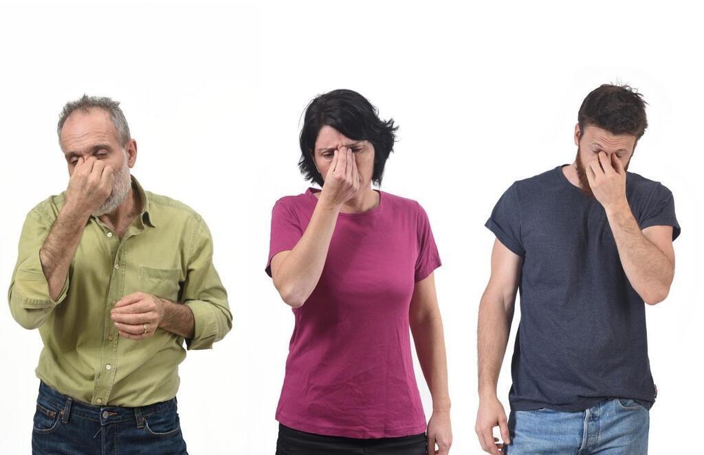 Tocarse la cara es un gesto natural, pero propaga los gérmenes. Hay formas de parar. Josep Curto/Shutterstock.com