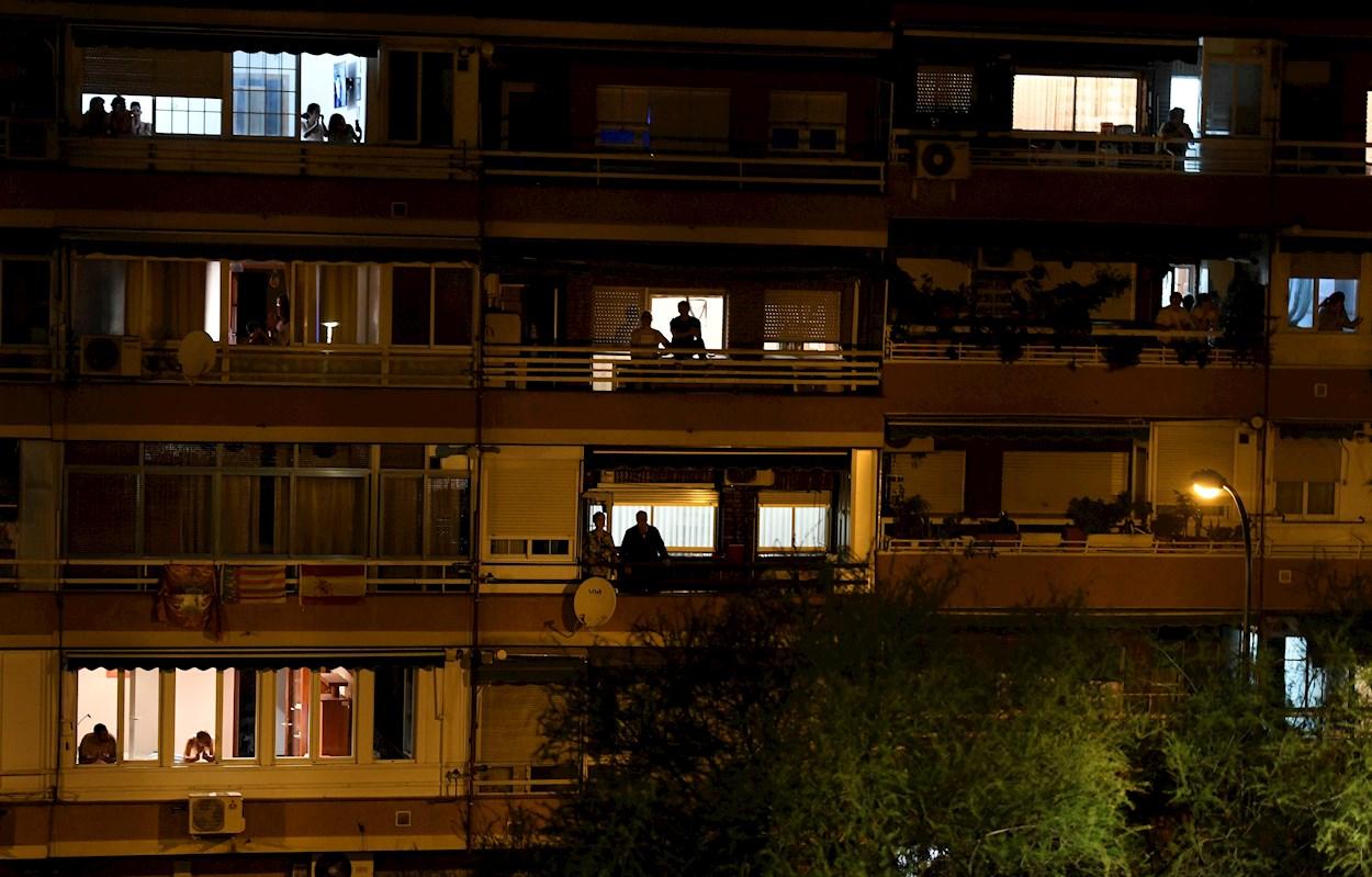 Vecinos de Vallecas, en Madrid, aplauden desde las ventanas de sus viviendas secundando la convocatoria hecha en las redes sociales para hacer un homenaje a todo el personal sanitario que está trabajando para combatir el coronavirus . EFE/Víctor Lerena