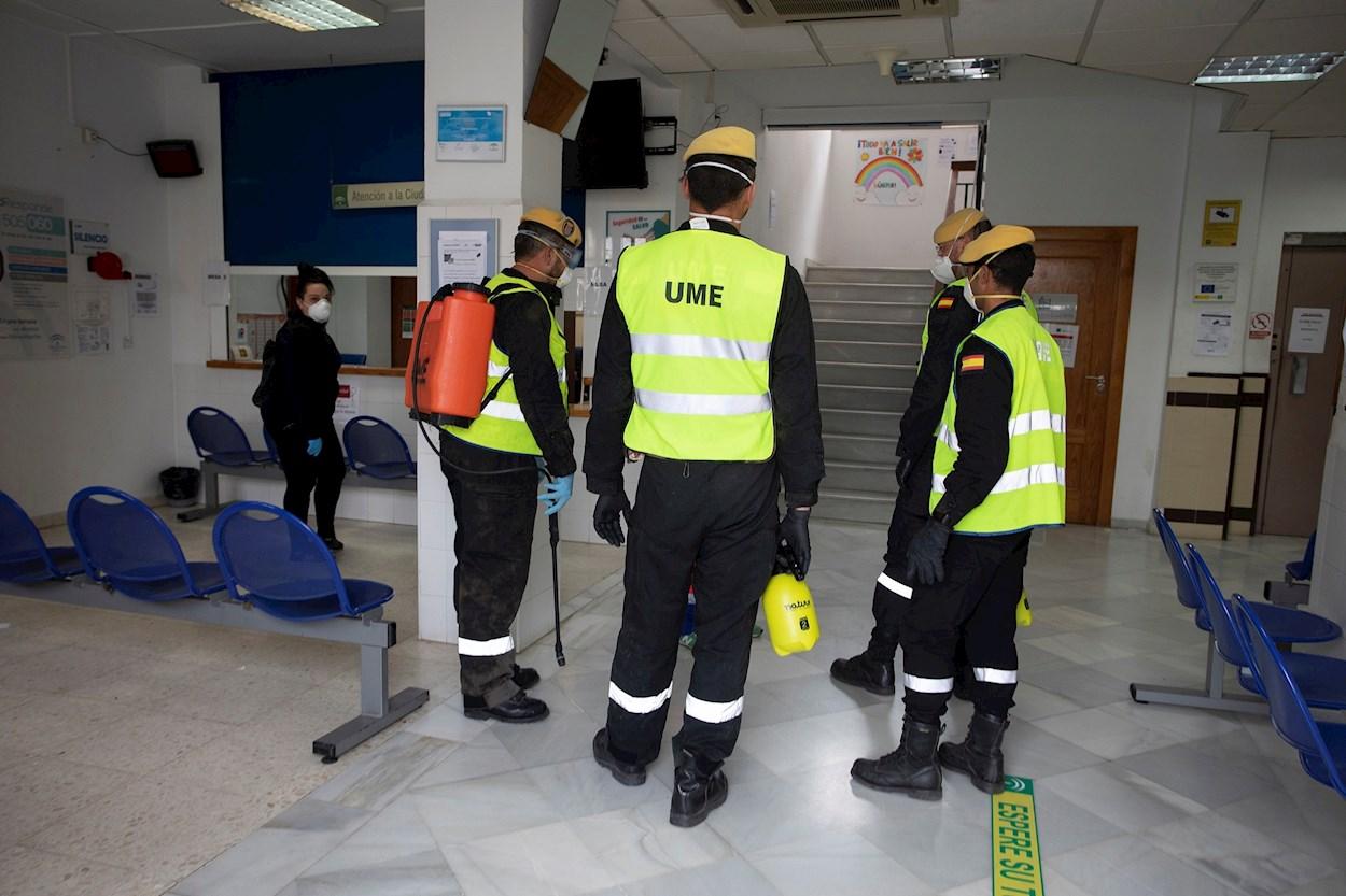 Efectivos de la Unidad Militar de Emergencias (UME) participan en labores de desinfección e información en un Centro de Atención Primaria en Motril, Granada. EFE/Miguel Paquet