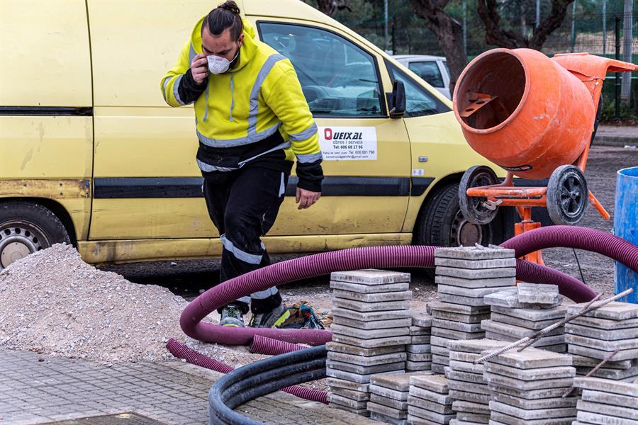 Un trabajador de mantenimiento utiliza una mascarilla protectora en Palma de Mallorca. EFE/ Cati Cladera