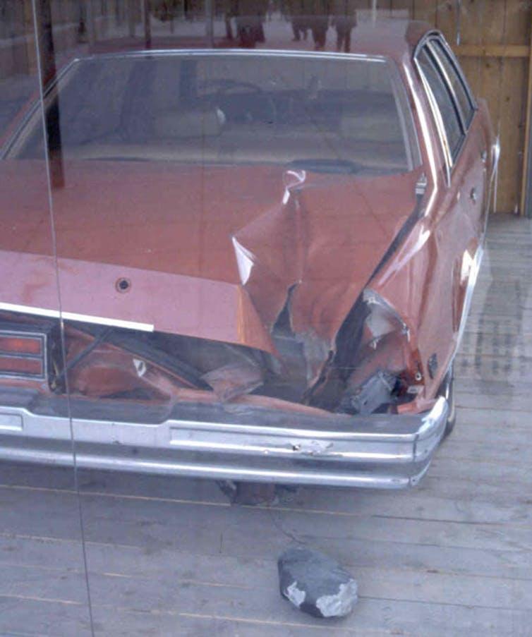 En 1992, el meteorito Peekskill, fotografiado al pie del parachoques trasero, golpeó el automóvil de la fotografía. La espectacular bola de fuego cruzó varios estados de Estados Unidos durante sus cuarenta segundos de gloria antes de aterrizar en Peekskill, Nueva York. NASA