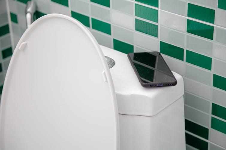 La superficie de un móvil puede tener hasta 30 veces más bacterias que un inodoro. Shutterstock / Nitiphonphat