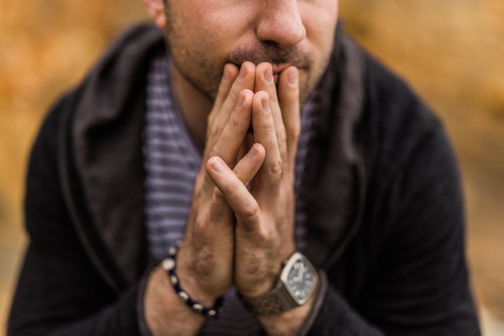 Nos tocamos más la cara en momentos de tensión o preocupación. Nathan Dumlao/Unsplash