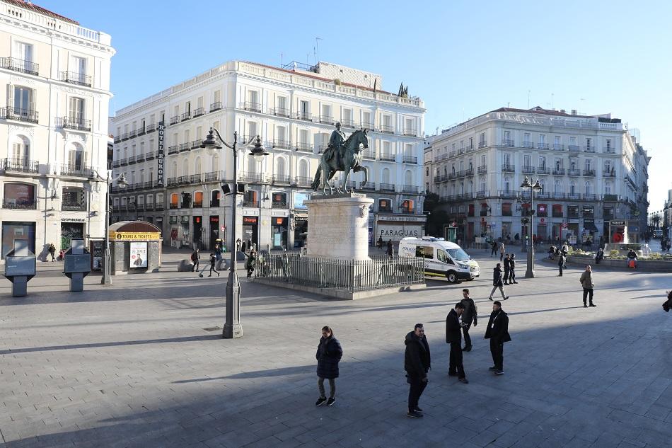 Pocos transeuntes en la Puerta del Sol de Madrid. E.P./Marta Fernández