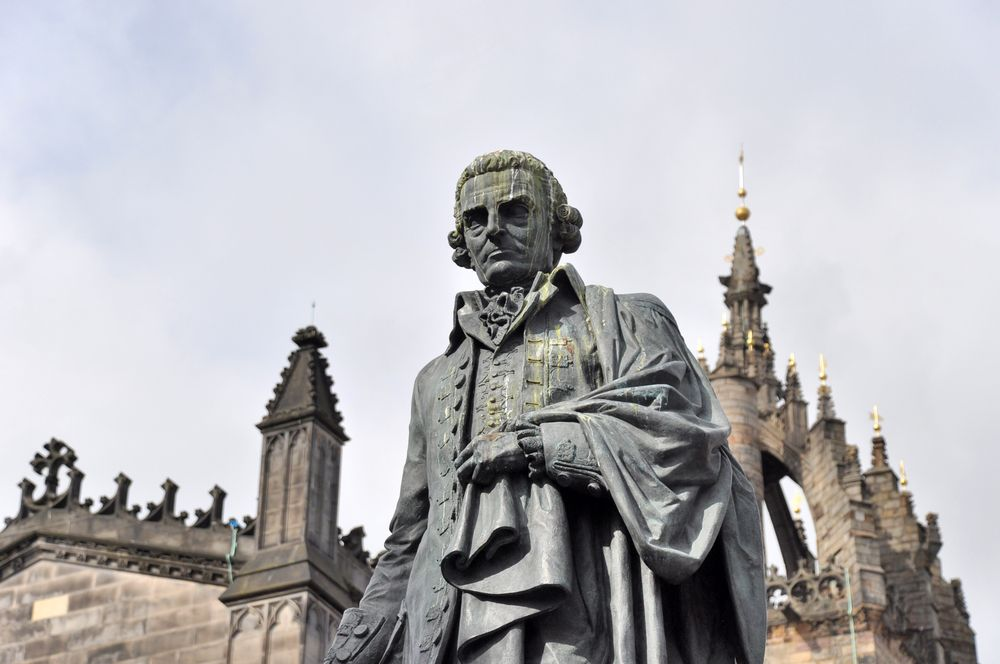 Estatua de Adam Smith en Edimburgo.