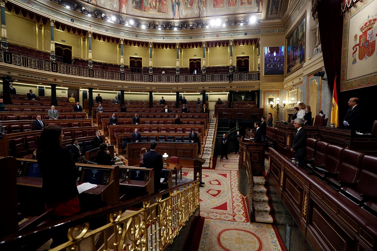 Ministros y diputados guardan un minuto de silencio por las víctimas del coronavirus durante el pleno del Congreso, donde se probó una nueva prórroga del estado de alarma. EFE/J.J. Guillén POOL