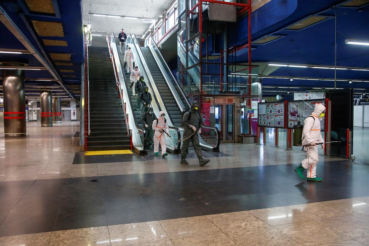 Efectivos de la Unidad Militar de Emergencia (UME) entran en la estación de metro de Nuevos Ministerios, en Madrid, para su desinfección. REUTERS/Javier Barbancho