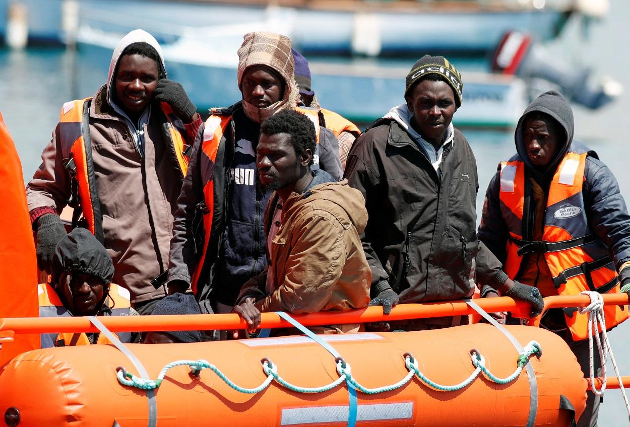 Migrantes esperan a desembarcar, tras ser rescatados, en el puerto de Arguineguin, en Gran Canaria. REUTERS/Borja Suarez