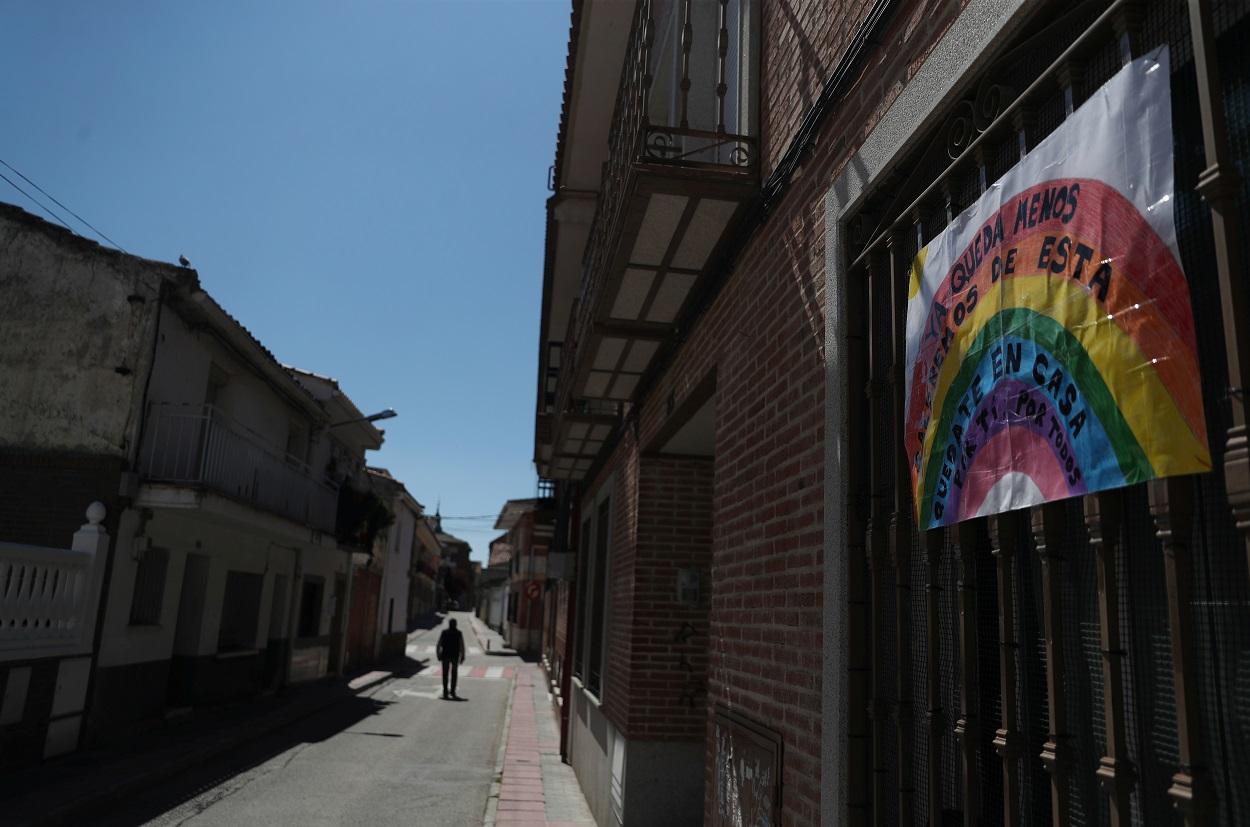 Una calle prácticamente desierta en la localidad madrileña de Ciempozuelos, durante el estado de alarma por la pandemia del coronavirus. REUTERS/Susana Vera