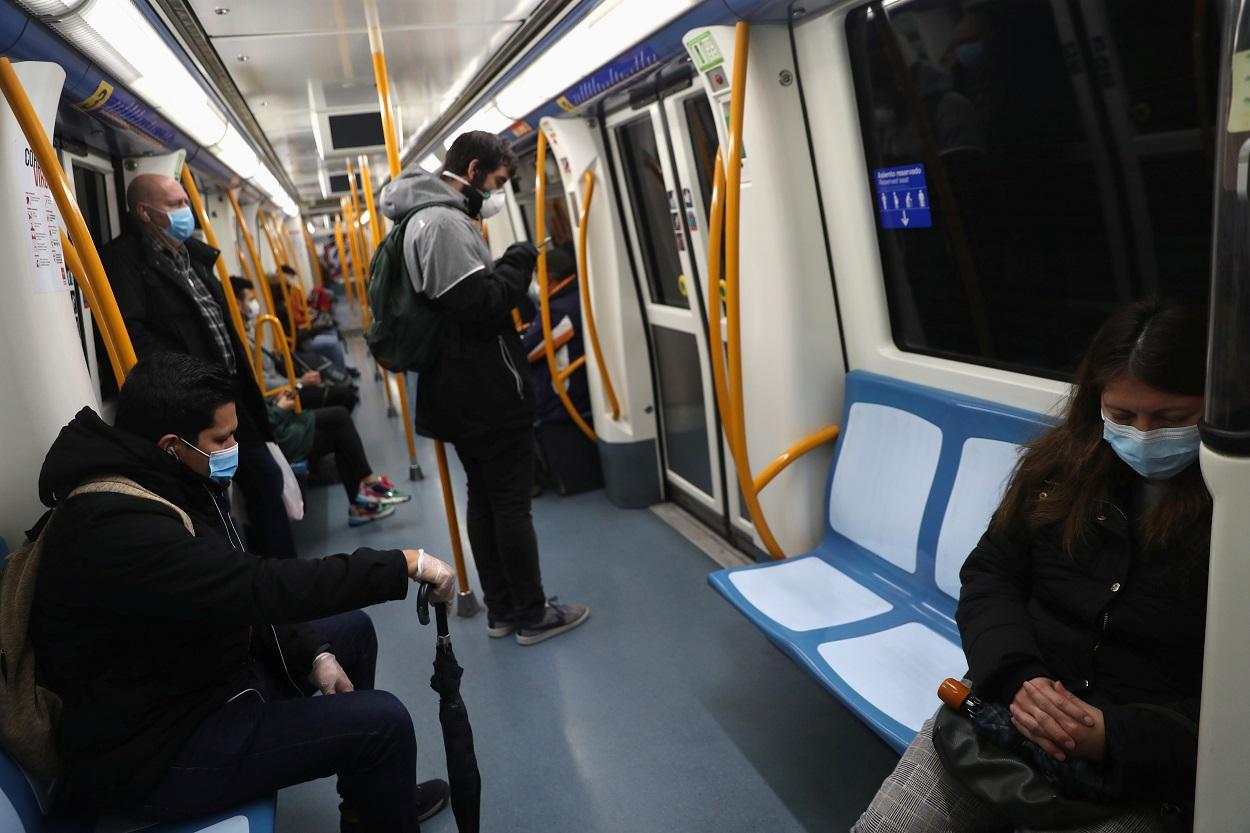 Viajeros del metro de Madrid mantienen la distancia social, durante el estado de alarma por la pandemia del coronavirus. REUTERS / Susana Vera