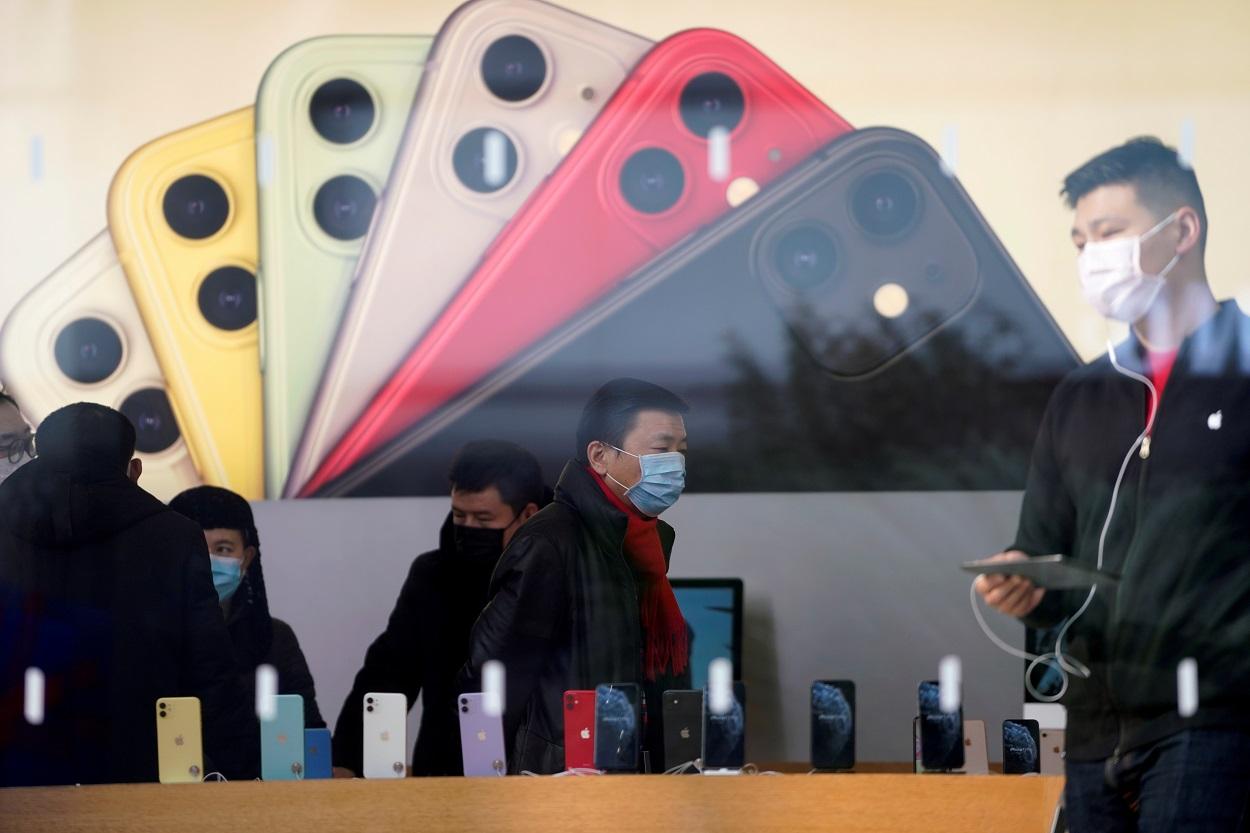 Varias personas con mascarilla, en una tienda Apple, en Shanghai. REUTERS/Aly Song/File Photo