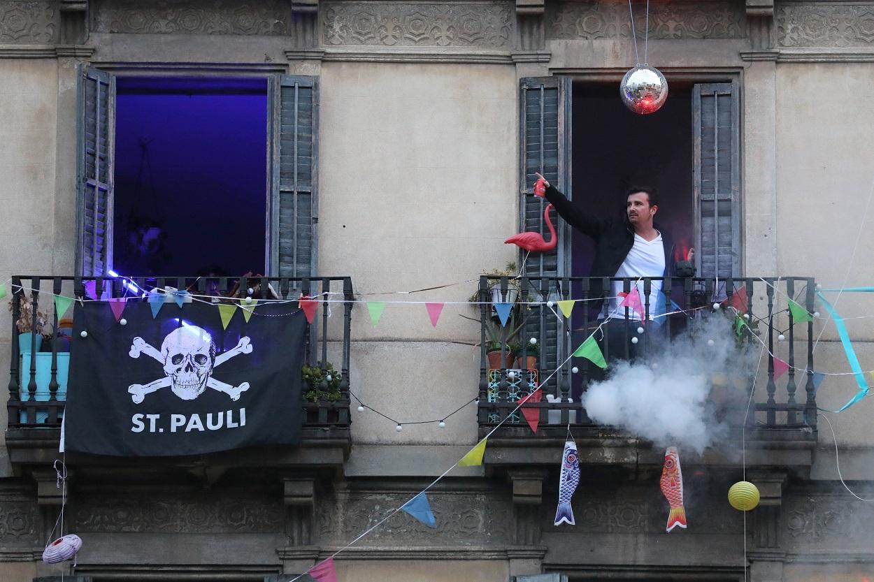Un joven, de fiesta en el balcón de su vivienda, durante el confinamiento decretado en el estado de alarma por la pandemia del coronavirus, en Barcelona. REUTERS/Nacho Doce