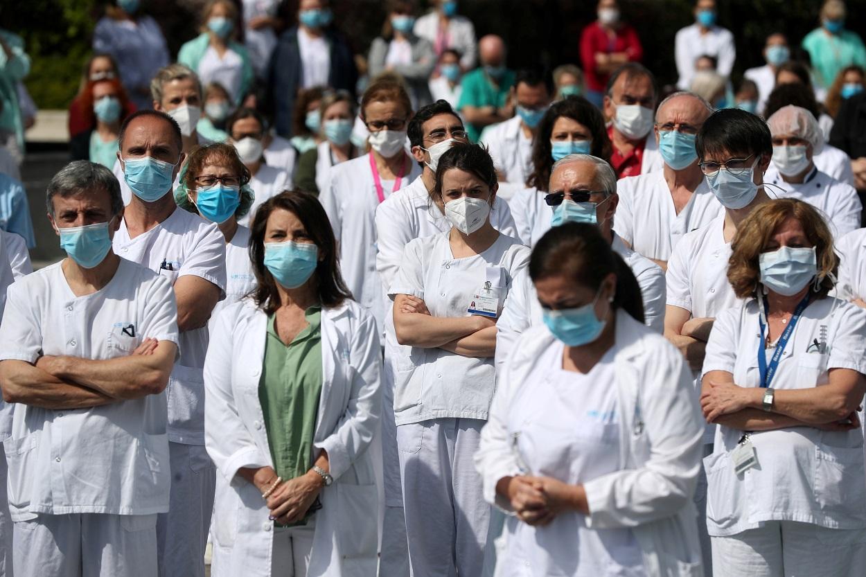 Personal sanitario del Hospital de La Paz, en Madrid, guardan un minuto de silencio por un compañero fallecido por el coronavirus. REUTERS/Susana Vera