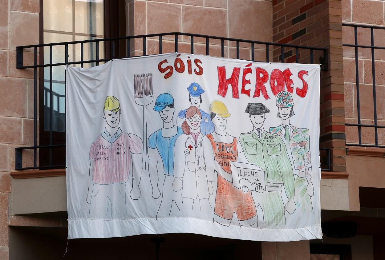 Una pancarta en un balcón en la localidad malagueña de Ronda. REUTERS/Jon Nazca