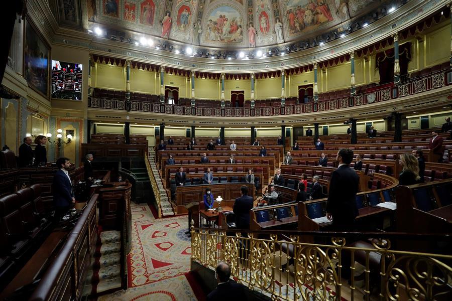 Miembros del gobierno y diputados guardan un minuto de silencio por las víctimas del coronavirus, antes del inicio de la sesión de control al Ejecutivo. EFE/Emilio Naranjo POOL