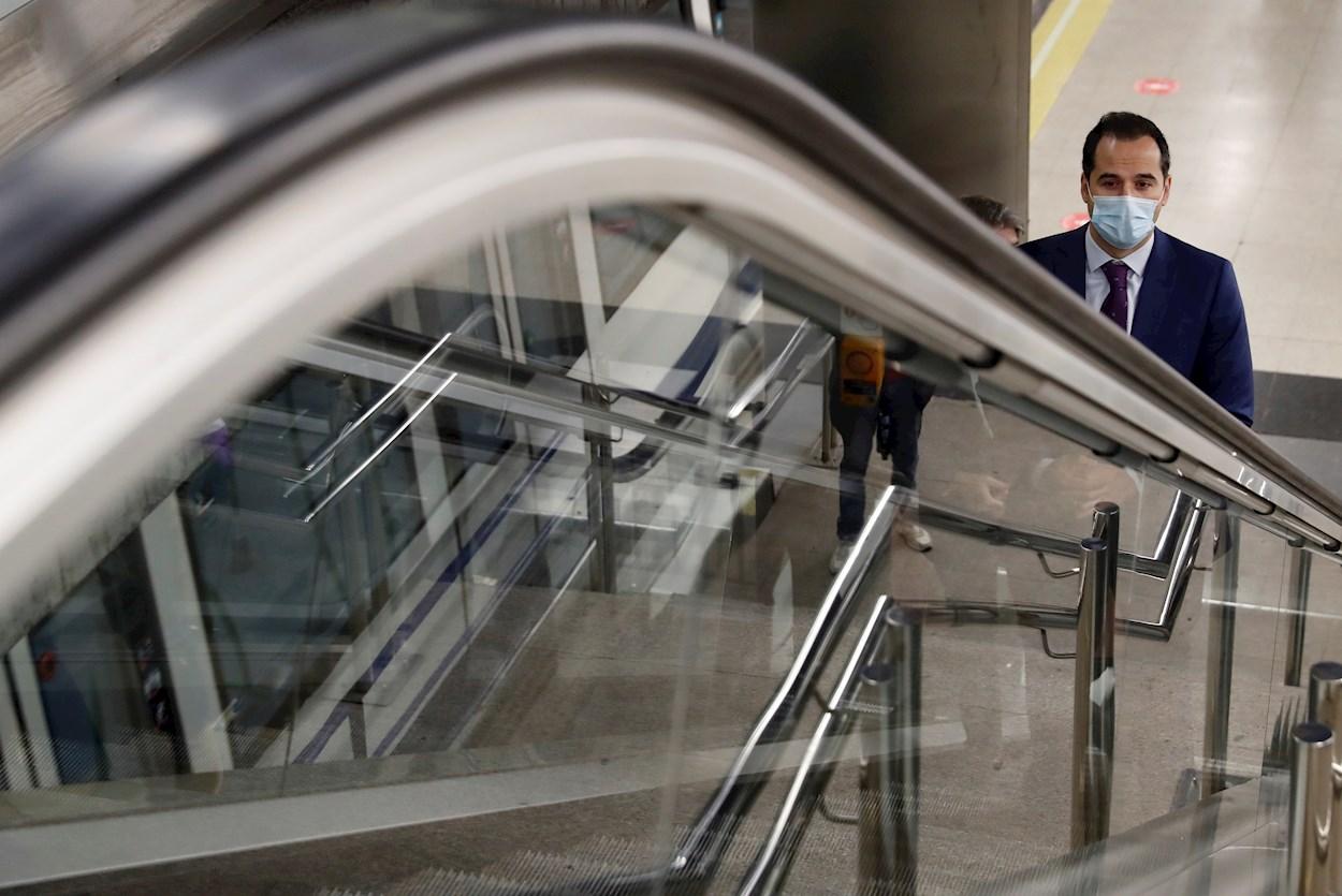 El vicepresidente de la Comunidad de Madrid, Ignacio Aguado (Cs), usa una mascarilla durante su visita a la estación de Metro de Feria de Madrid. EFE/Ballesteros