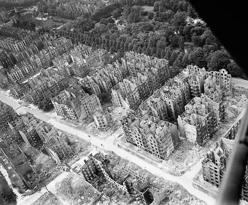 Vista aérea de los edificios de Hamburgo, Alemania, destruidos durante la incursión de bombarderos de la RAF en la noche del 27 al 28 de julio de 1943 (Operación GOMORRAH). Wikimedia Commons / Imperial War Museums, CC BY-NC-SA