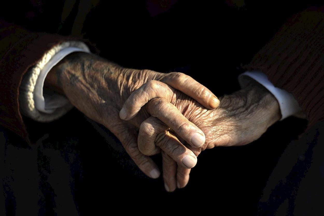Detalle de las manos de un anciano. EFE/Darek Delmanowiczc