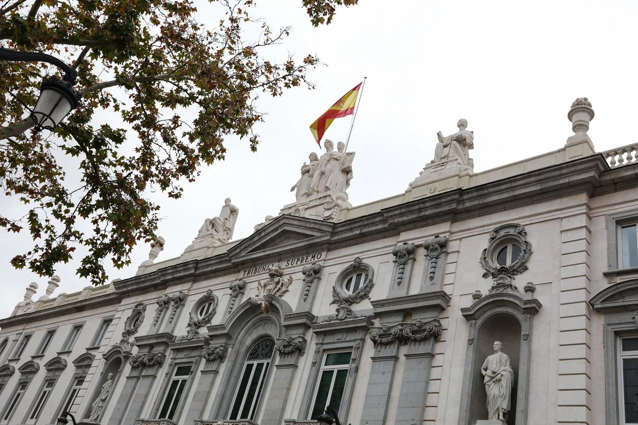 Fachada del edificio del Tribunal Supremo con la bandera española en lo alto. E.P.