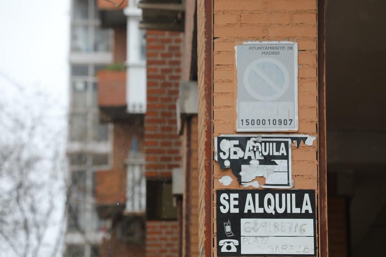 Varios carteles de 'Se Alquila' en la pared de un edificio en Madrid. E.P./Marta Fernández