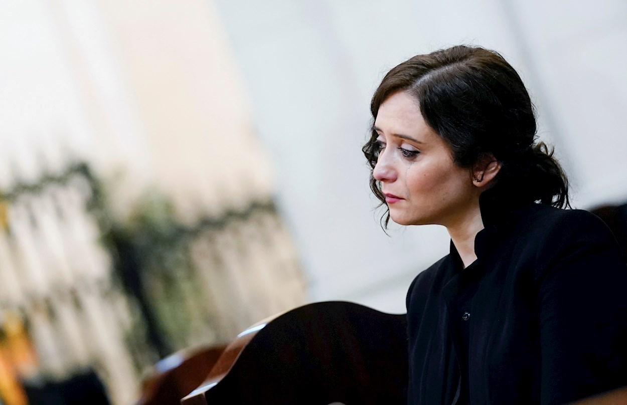 La presidenta de la Comunidad de Madrid, Isabel Díaz Ayuso, durante la solemne misa por los enfermos y fallecidos en la pandemia del covid-19, en la Catedral de la Almudena. EFE/Comunidad de Madrid