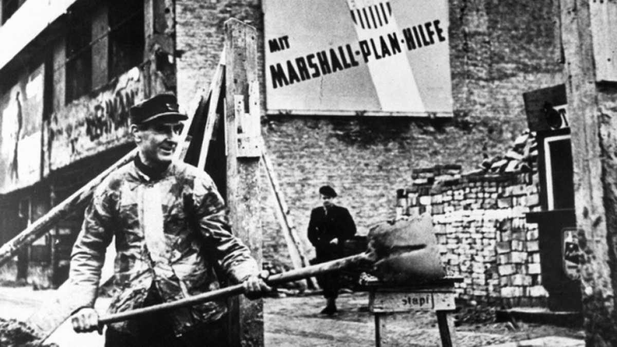 El cartel anuncia la financiación, a través del Plan Marshall, de parte de las obras de reconstrucción de Alemania Occidental.