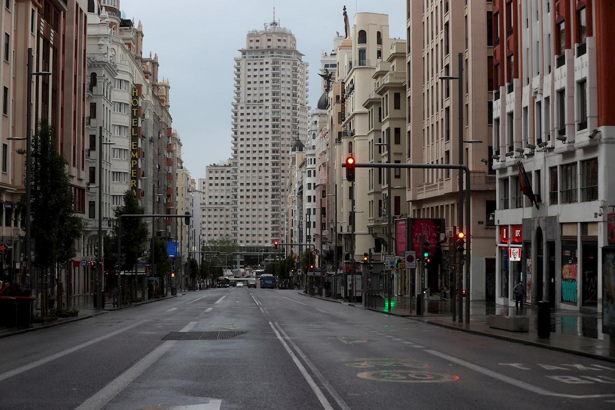 Vista de la Gran Vía de Madrid, totalmente vacía, durante el estado de alarma. EFE/Kiko Huesca