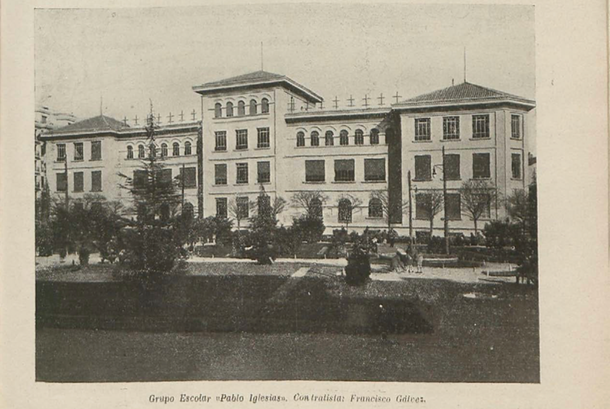 En 1933, diecisiete nuevos colegios fueron inaugurados en Madrid. En la imagen, el Grupo Escolar Pablo Iglesias, en la calle Barceló, rebautizado tras la guerra civil como Colegio Isabel La Católica. BNE -Biblioteca Digital Hispánica