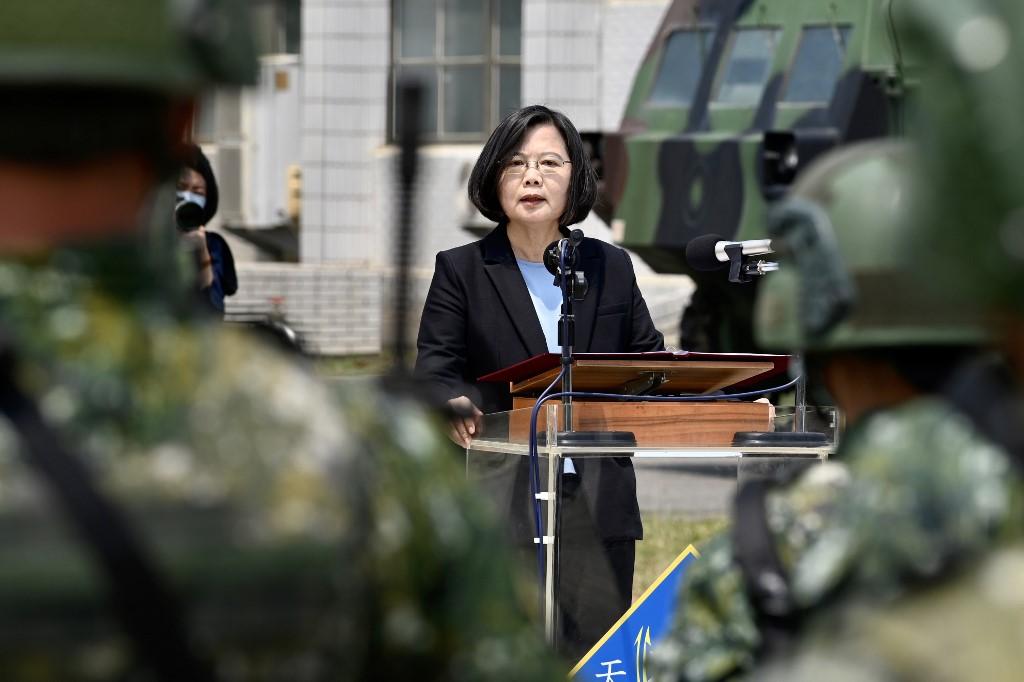 La presidenta de Taiwan, Tsai Ing-wen, en una visita a la base militar de Tainan, al sur de la isla, el pasado abril. AFP/Sam Yeh