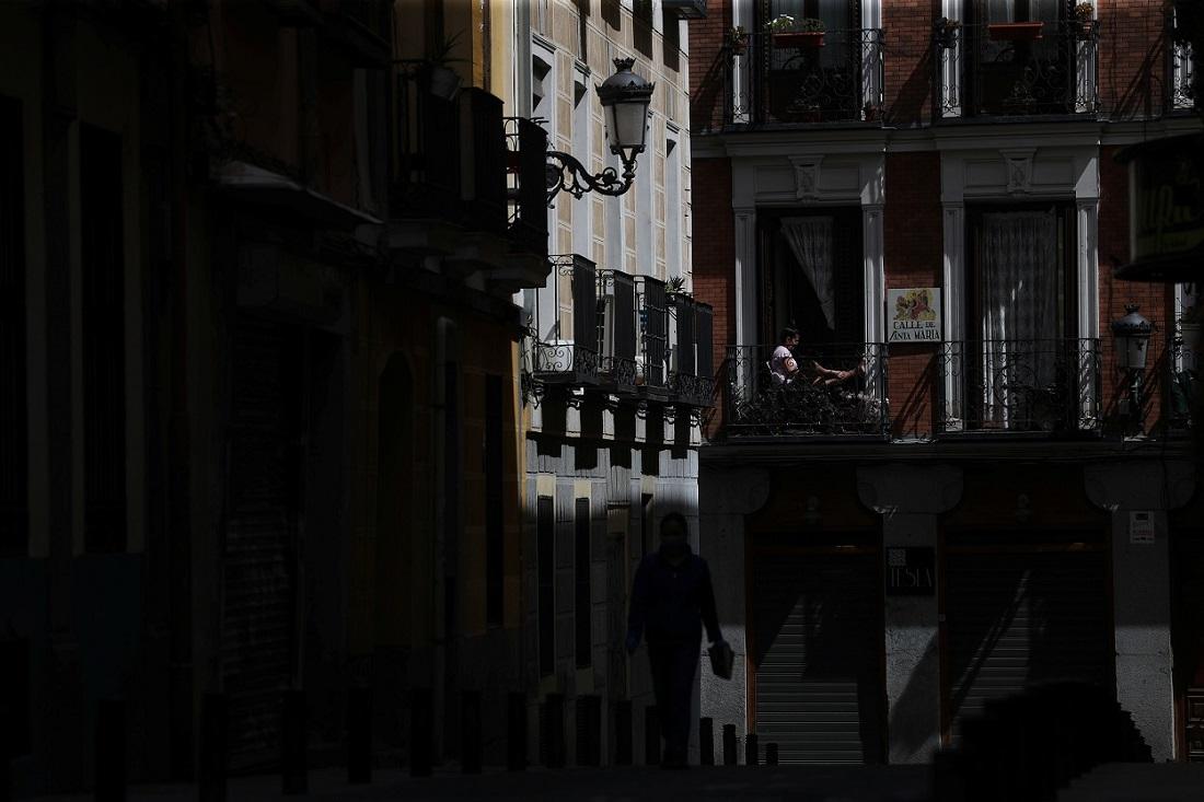 Una mujer sentada en un balcón de su domicilio, durante el confinamiento por la pandemia del coronavirus, en Madrid. REUTERS/Susana Vera