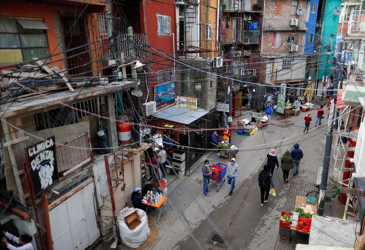 Vista del barrio bonaerense de Villa 31, con sus vecinos con mascarillas protectoras. REUTERS/Agustin Marcarian