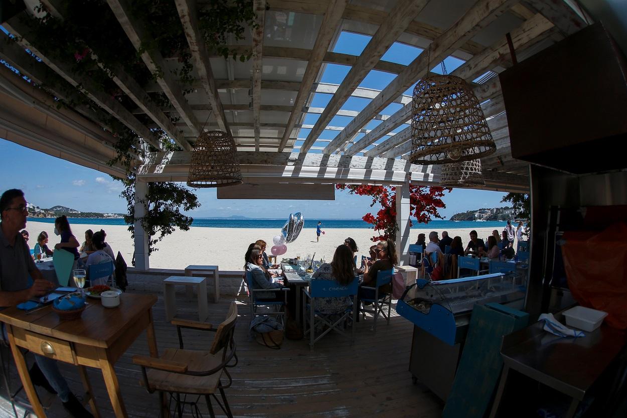 Gente almorzando en una terraza en la playa de Son Matias, en Palma de Mallorca. REUTERS/Enrique Calvo