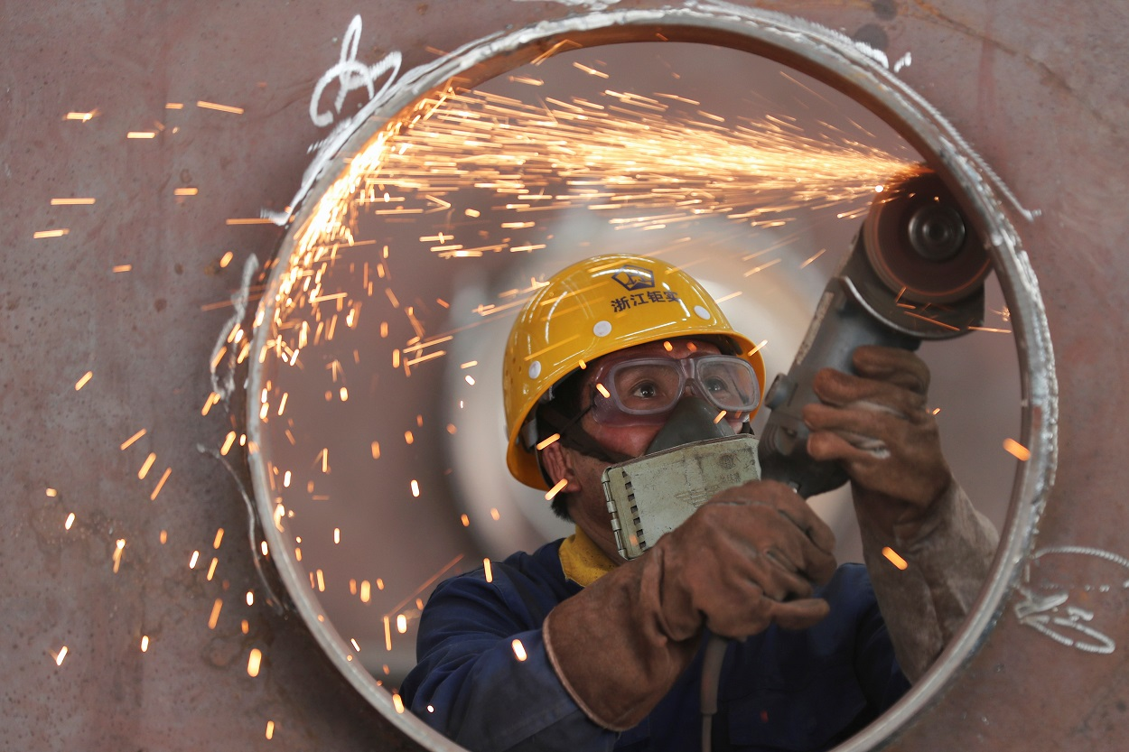 Un trabajador en una línea de producción de estructuras de acero en una fábrica en Huzhou, en la provincia china de Zhejiang. REUTERS