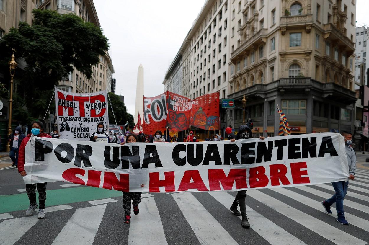 Manifestación en Buenos Aires demandando ayudas para los colectivos más vulnerables castigados por la pandemia del coronavirus. REUTERS/Agustin Marcarian