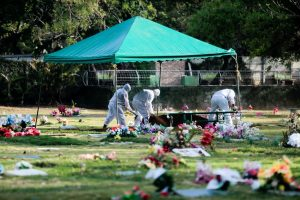 Como un cuento de terror, Nicaragua entierra a sus muertos por el covid-19 en las noches.