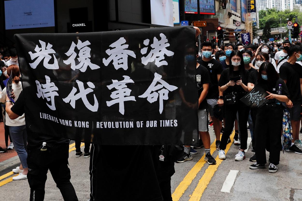 Manifestantes antigubernamentales marchan contra los planes de Pekín de imponer legislación de seguridad nacional en Hong Kong. REUTERS / Tyrone Siu