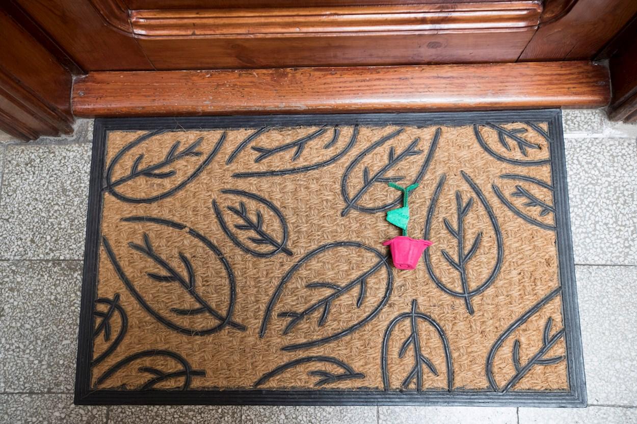 Una rosa hecha a manosobre el felpudo en la entrada de una vivienda en Barcelona. EFE/Marta Pérez