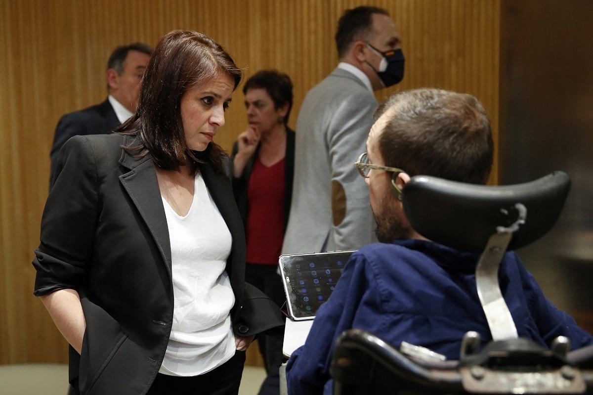 La portavoz socialista, Adriana Lastra, conversa con el portavoz de Unidas Podemos, Pablo Echenique este miércoles en la primera sesión de la Comisión del Congreso para la Reconstrucción Social y Económica. E.P./Pool