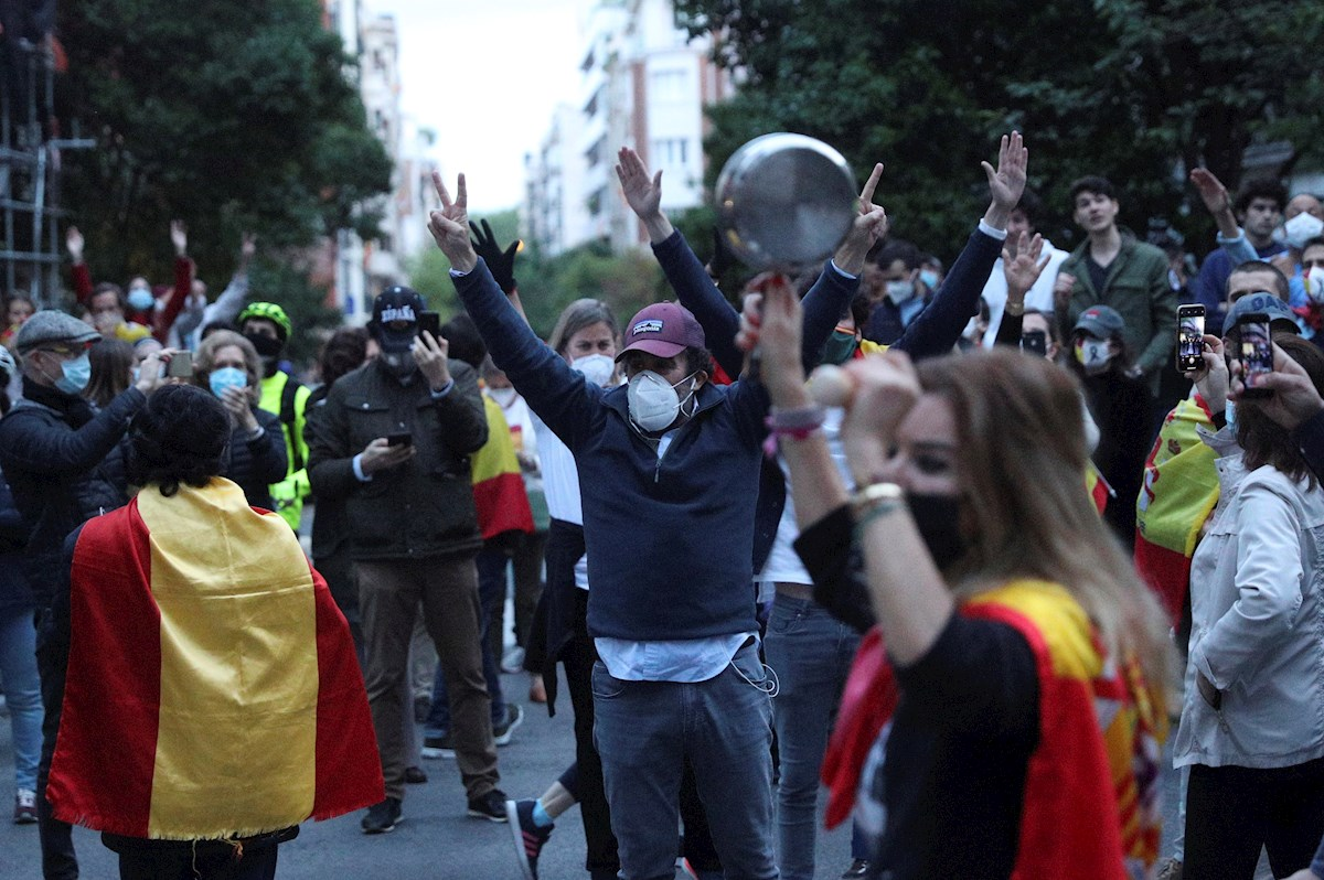 Vecinos del madrileño barrio de Salamanca participan en una protesta contra el Gobierno por su gestión en la crisis del coronavirus. EFE/Rodrigo Jiménez