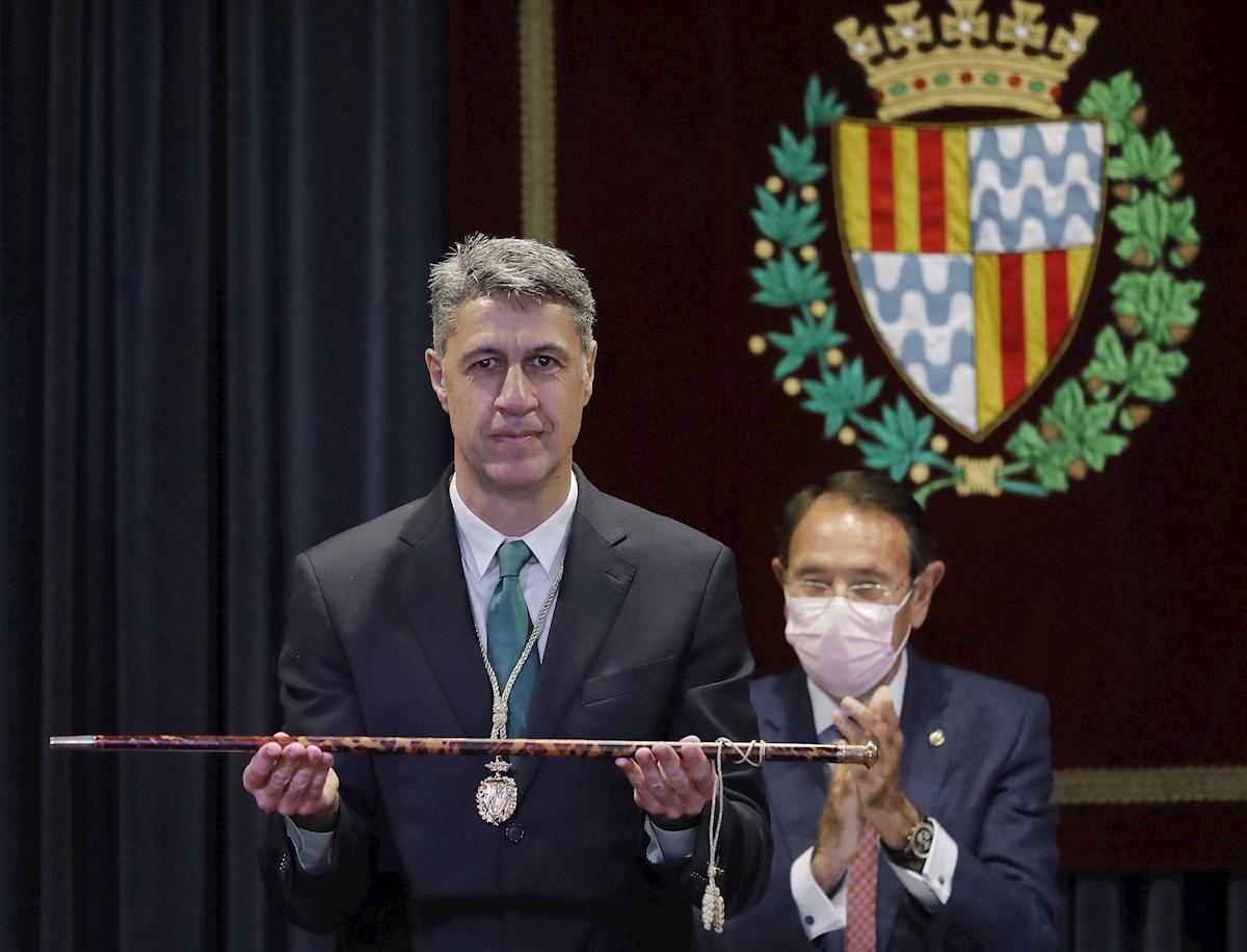 El líder del PP de Badalona, Xavier García Albiol, sostiene la vara de alcalde después de recuperar la alcaldía de la ciudad tras el fracaso de las negociaciones entre Guanyem Badalona en Comú y el PSC. EFE/ Andreu Dalma