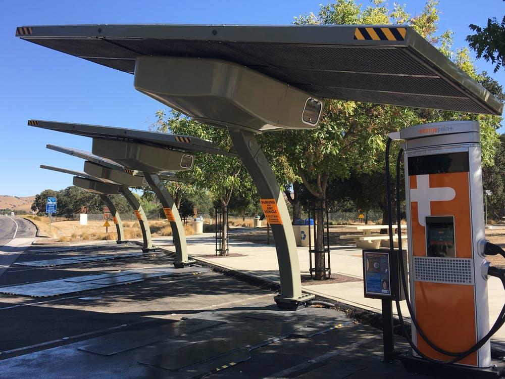 Puntos de recarga de coches eléctricos alimentados por energía solar. Mavila97/Wikimedia Commons, CC BY-SA