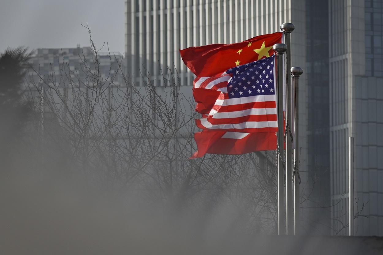 Las banderas de EEUU y de China, a la entrada de un edificio de oficinas en Pekín. AFP